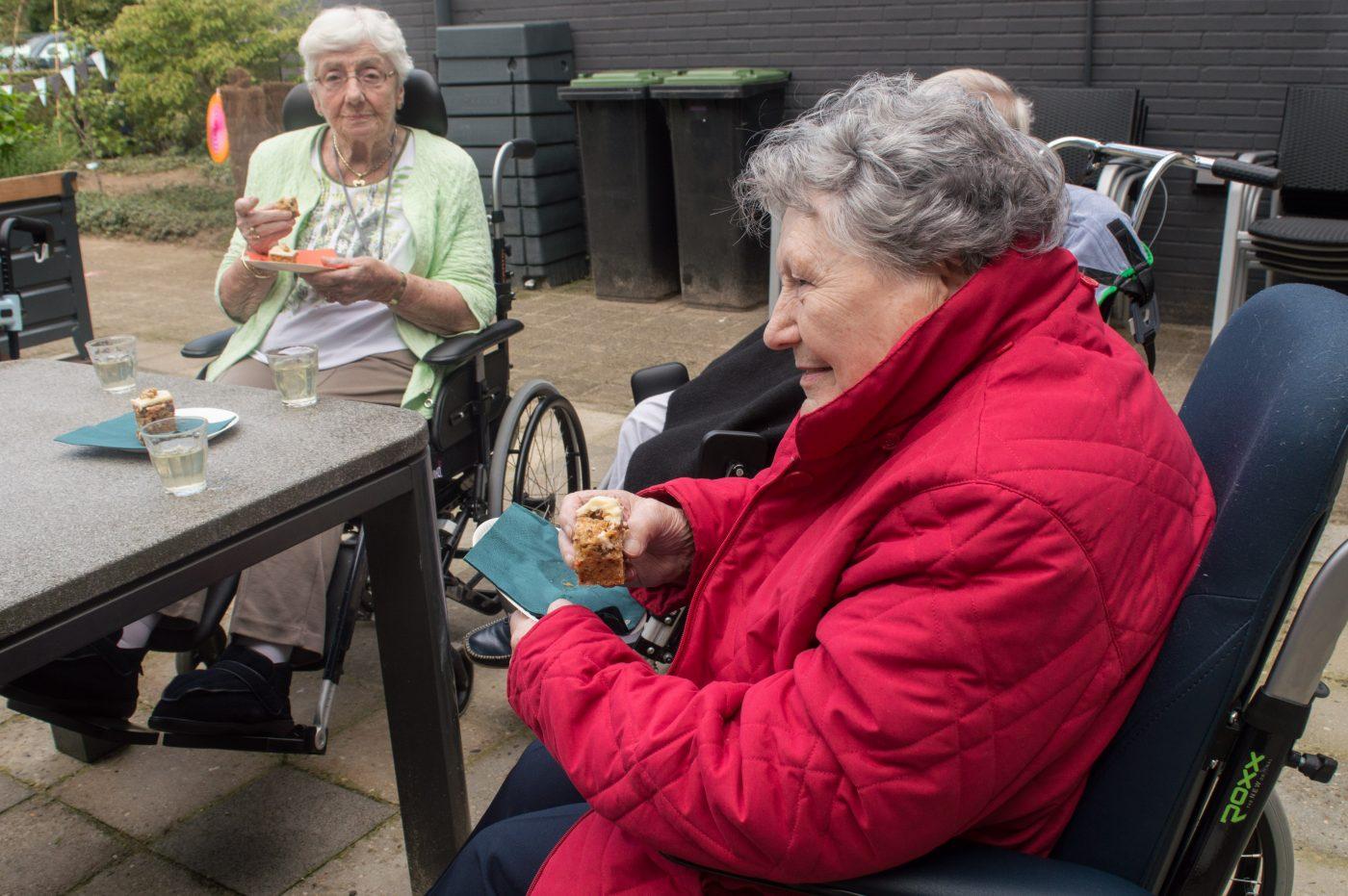 Bij de opening van de buurtmoestuin: samen worteltaart eten